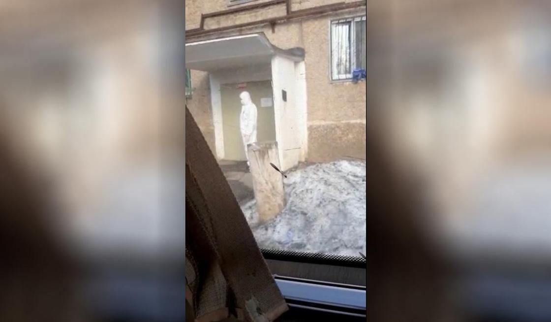 Подъезд вместе с жильцами заперли на карантин из-за коронавируса в Темиртау