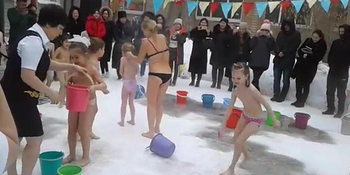 В детском саду Актобе дети обливаются водой и бегают по снегу босиком