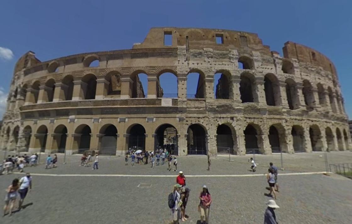 Колизей с туристами