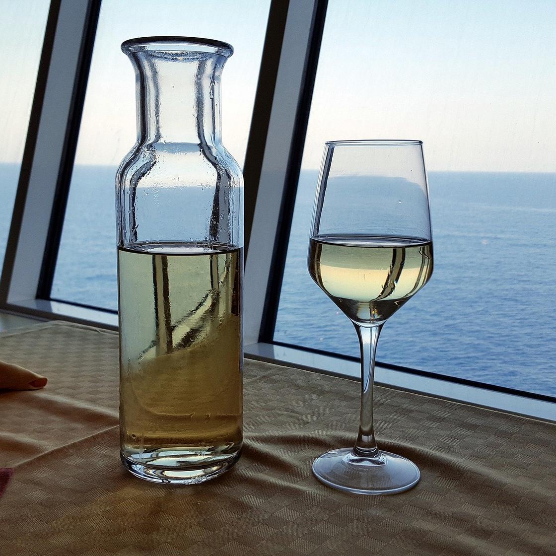Бокал с белым вином и графин