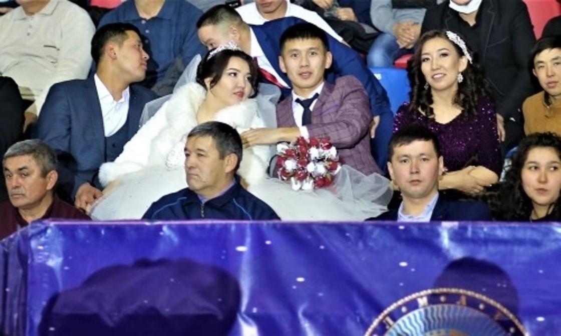 Молодожены отпраздновали свадьбу на Кубке Казахстана по ММА