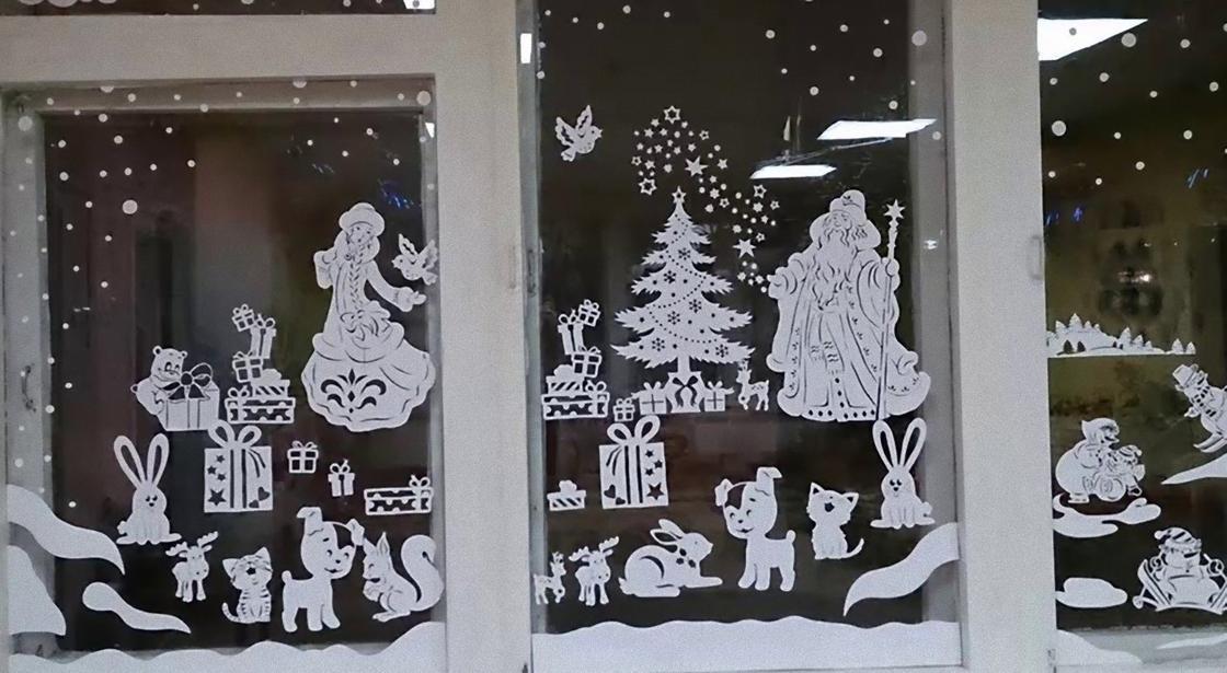 Композиция из вытынанок на окне