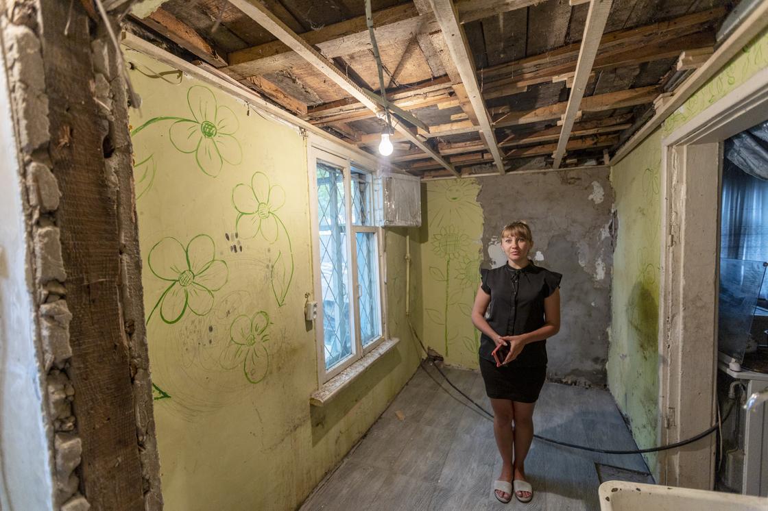 Женщина стоит в доме