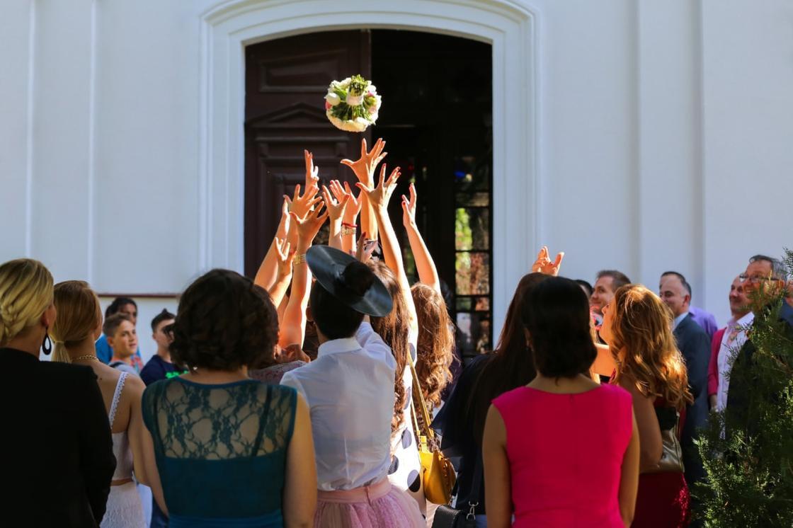 Подружки на свадьбе ловят букет невесты