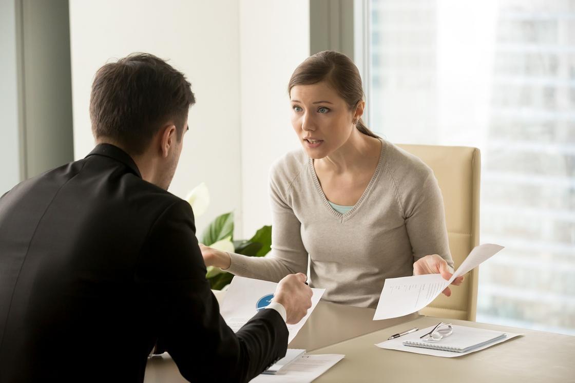 Заемщик и менеджер банка обсуждают просрочку