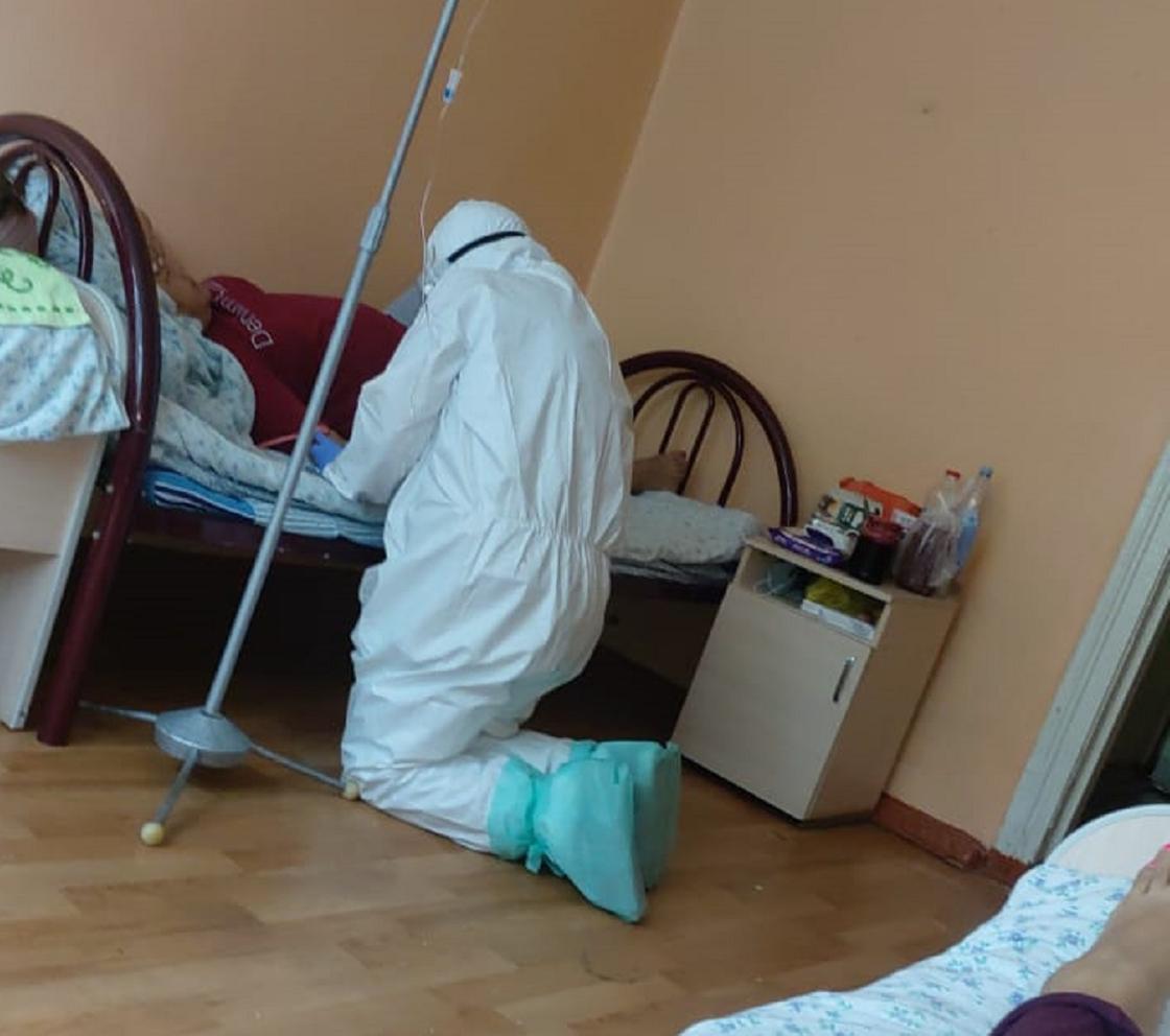 Врач на коленях пыталась спасти тяжелобольную пациентку в Алматы