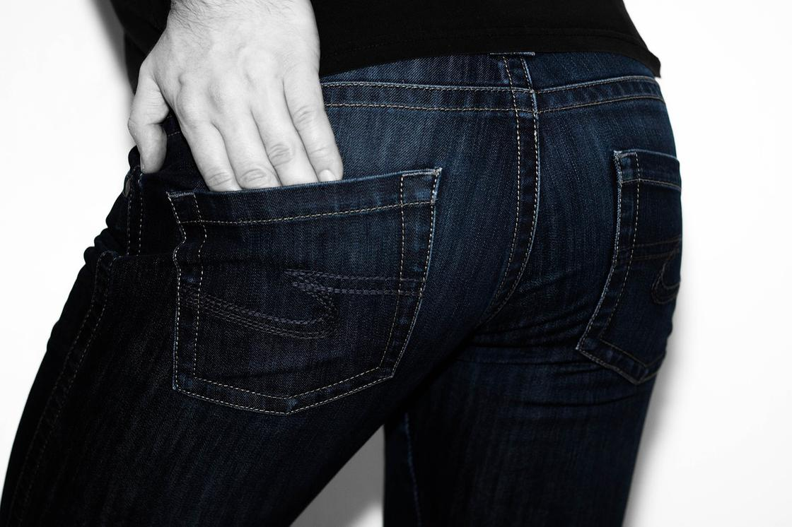 Мужчина в темных джинсах
