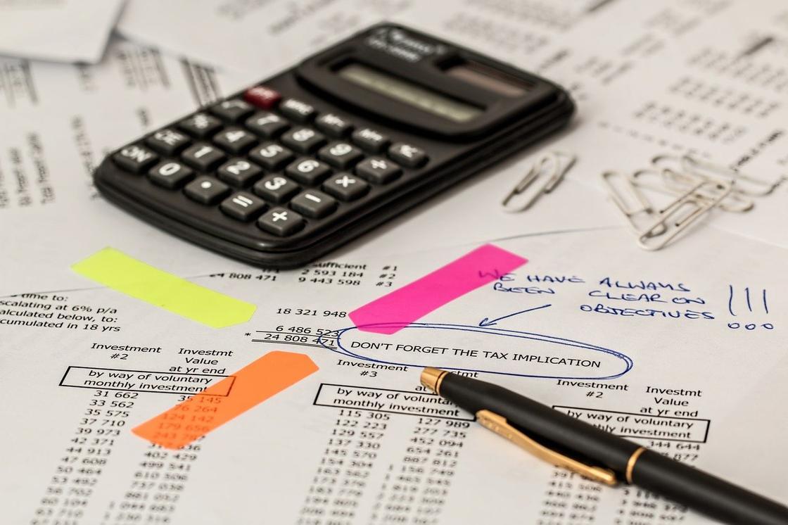 Калькулятор, документы, ручка