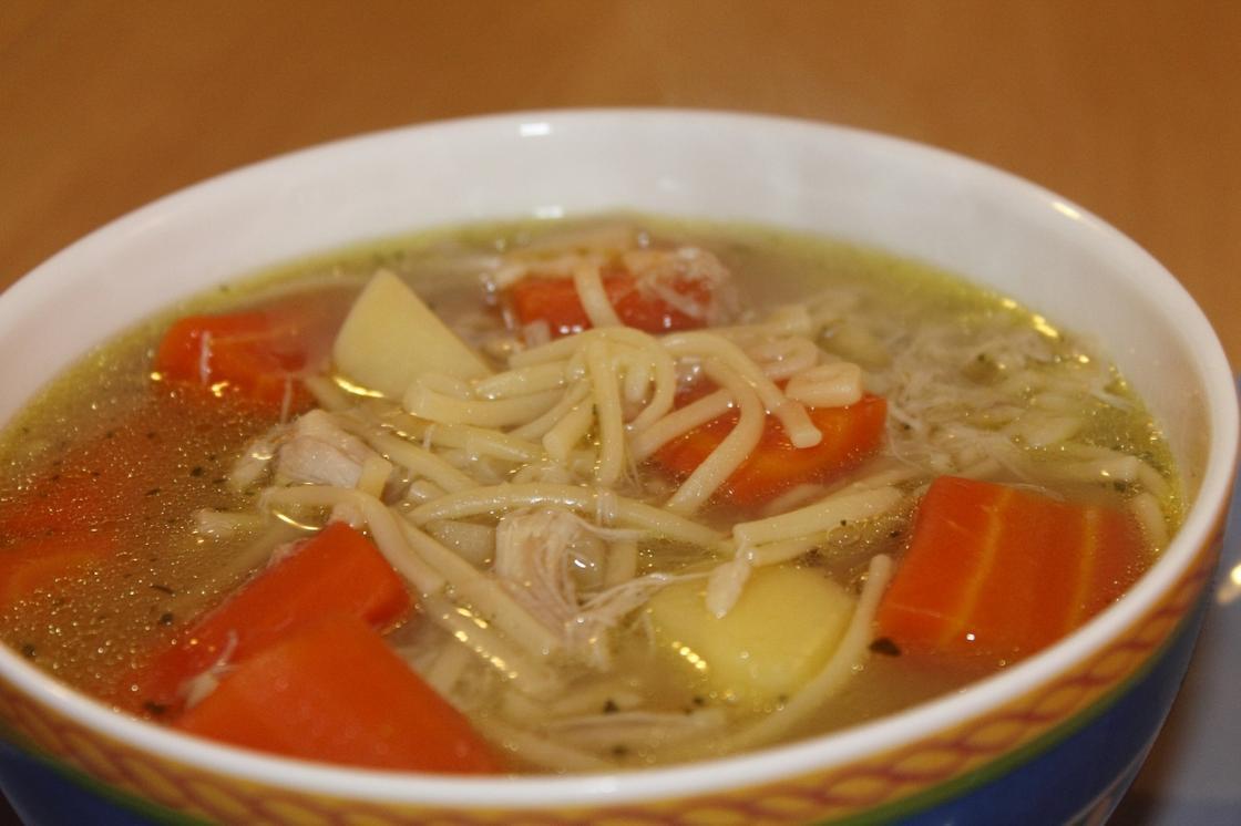 Куриный суп с лапшой в тарелке