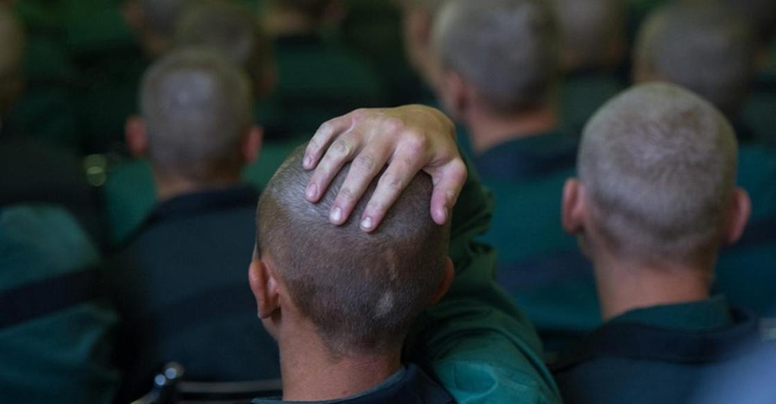 «Заставляли мыть голыми руками унитаз»: сотрудников колонии судят за пытки в Павлодаре