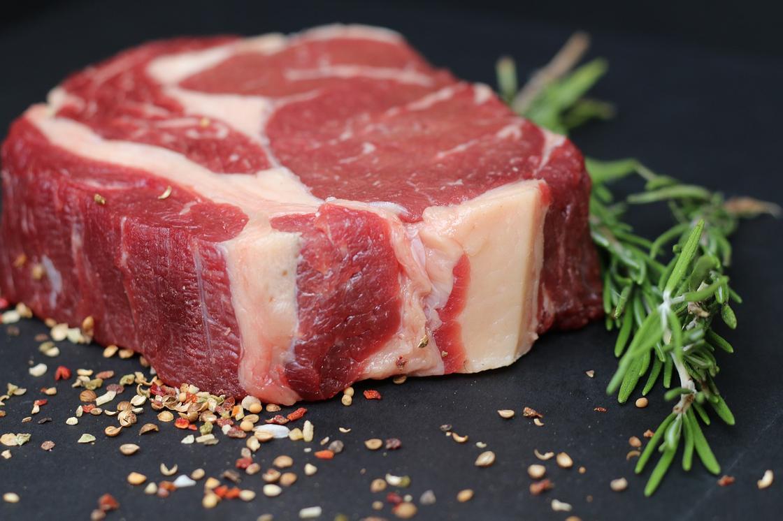 Мясо, посыпанное специями