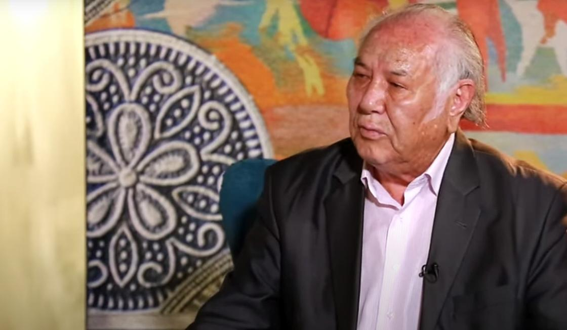 Дулат Исабеков в студии во время интервью