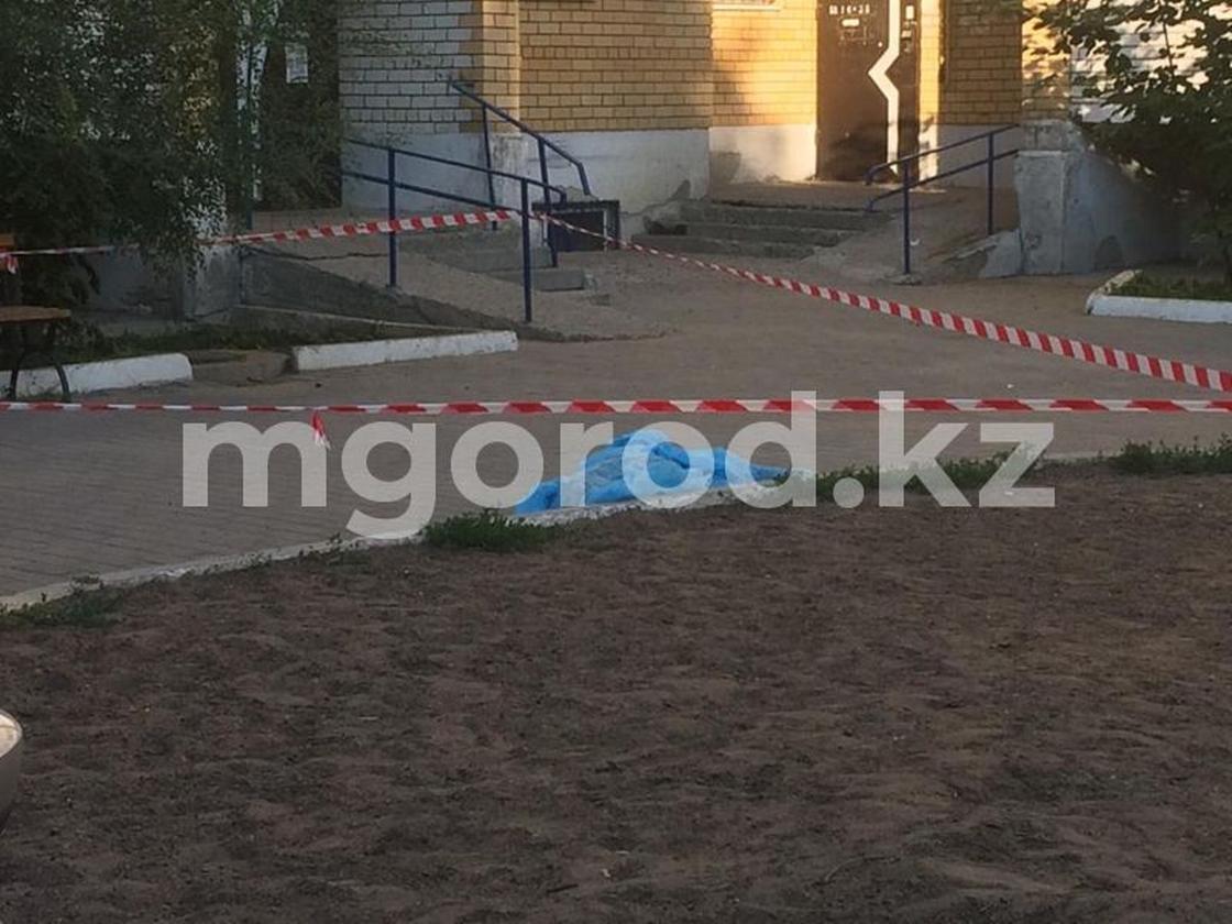 Во дворе жилого дома в Уральске обнаружен труп мужчины