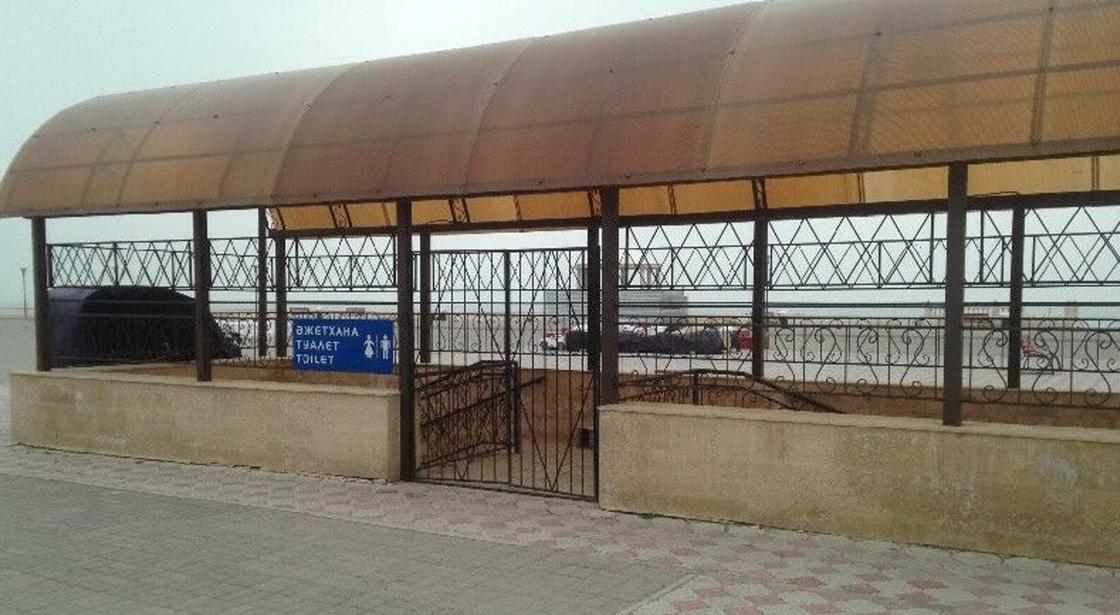 Нужда с видом на море: актаусцы жалуются на отсутствие туалетов на набережной (фото)