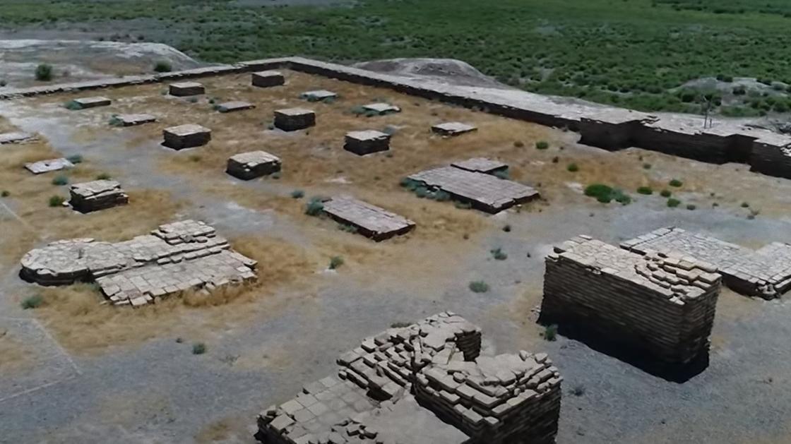 Раскопанные остатки фундамента древних сооружений из кирпича