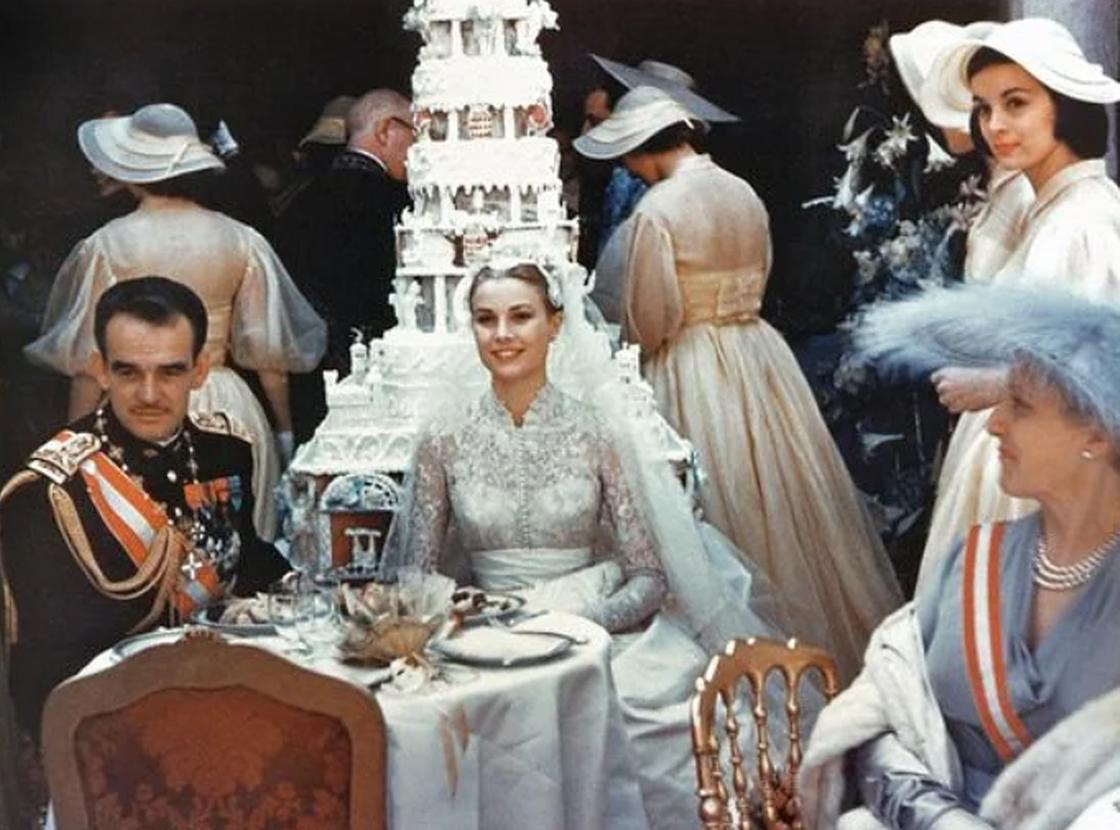 Молодожены и их свадебный торт