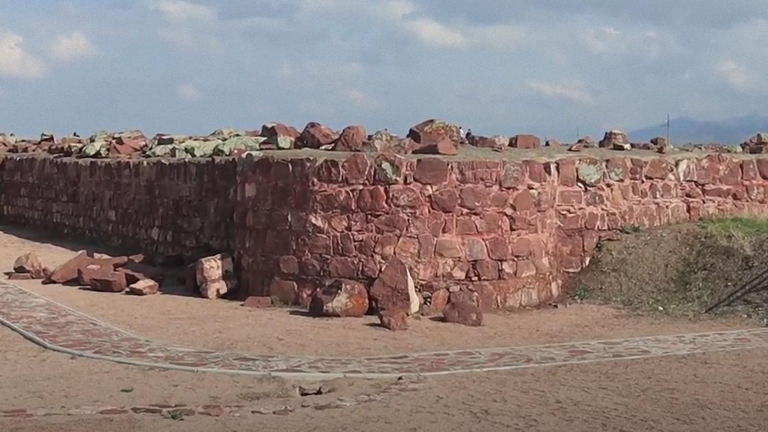 Развалины фундамента большой постройки из красных камней