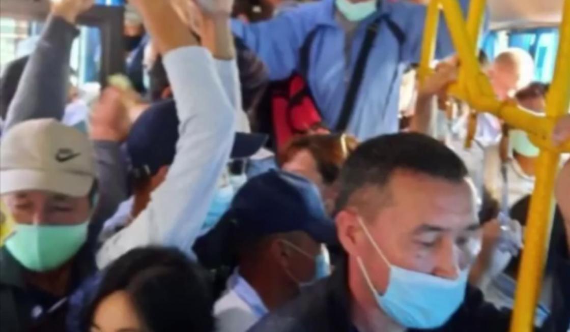Алматинцы пожаловались на переполненные автобусы