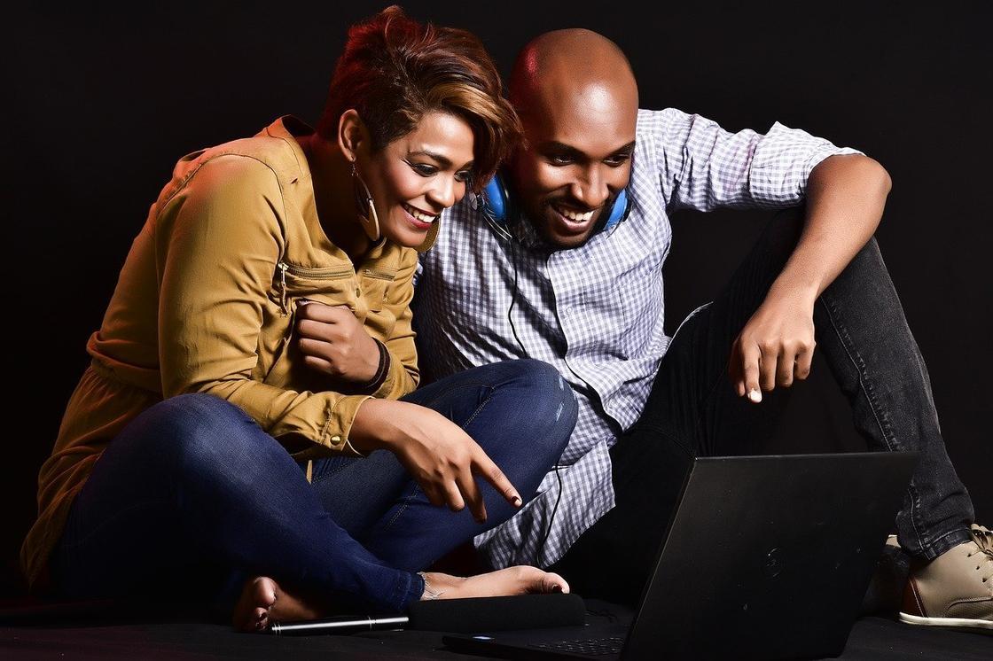 Парень и девушка смотрят на ноутбук