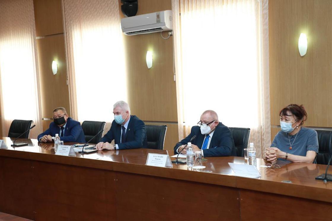 Встреча М. Досмухамбетова и М. Галошфаи
