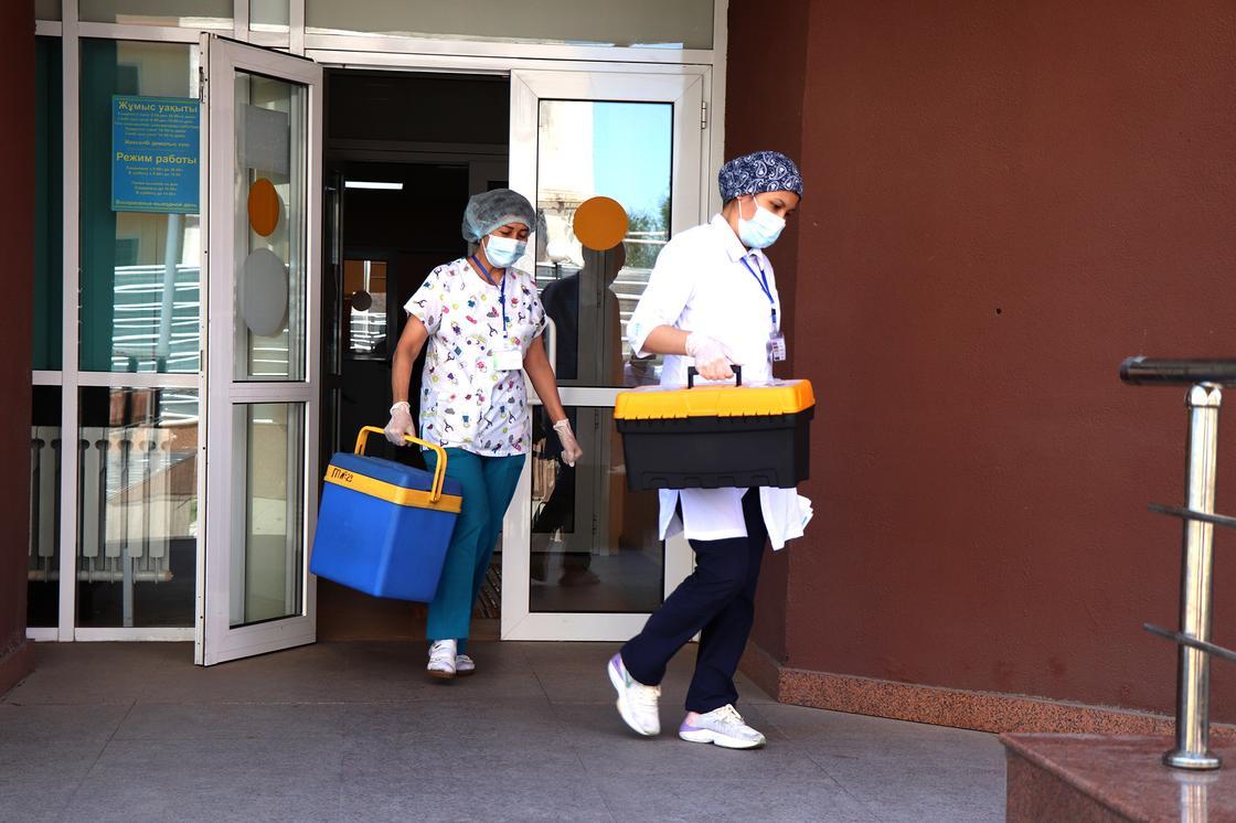 Медики выходят из больницы