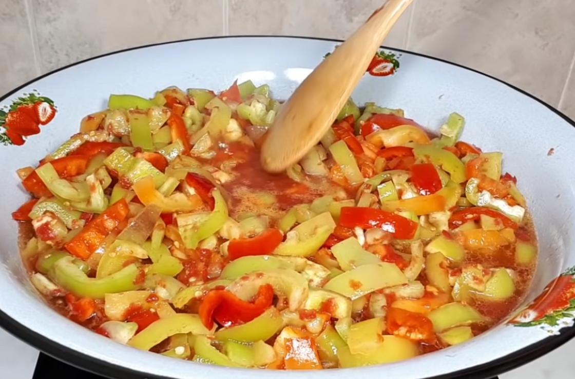 Перец варится в томатном соке