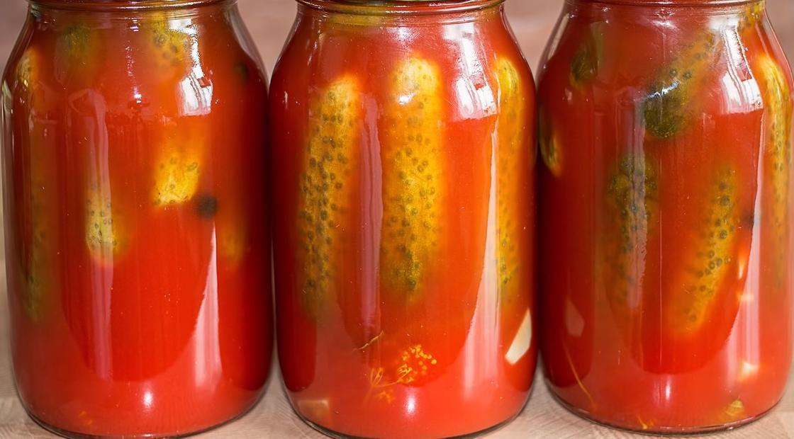 Огурцы с томатом в банках