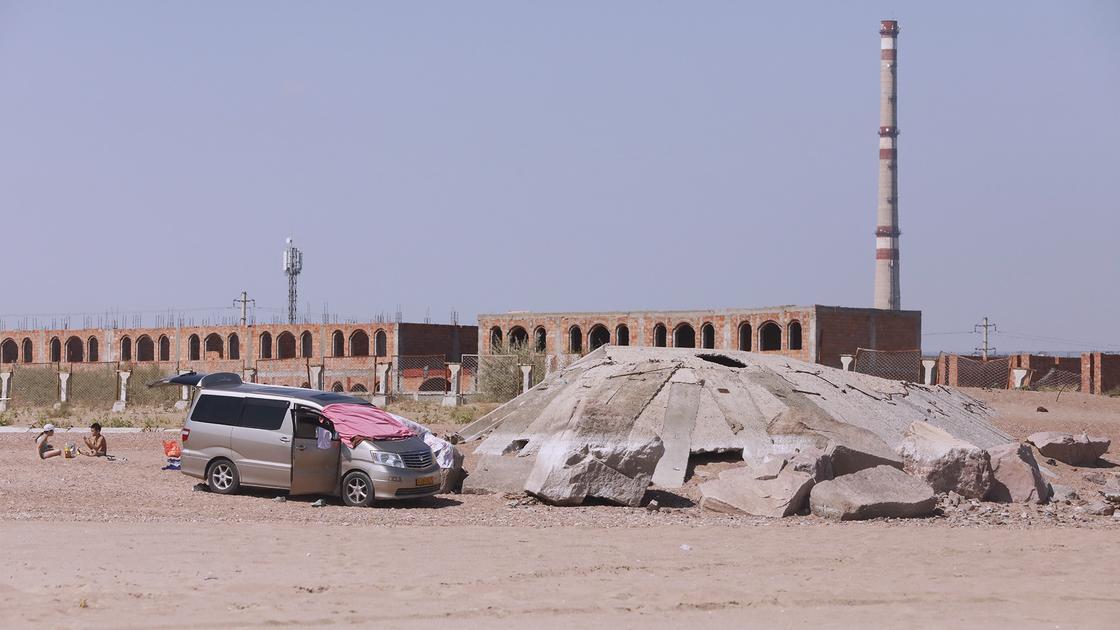 Машина стоит на песке