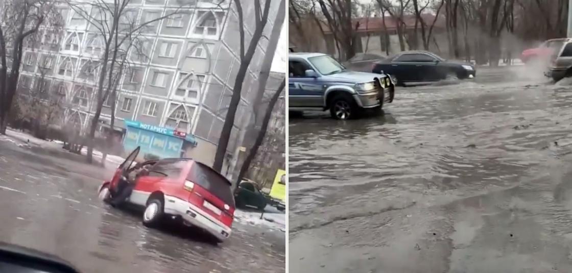 «Надо было лодочную полосу сделать»: автомобили тонули в лужах после дождя в Алматы (видео)