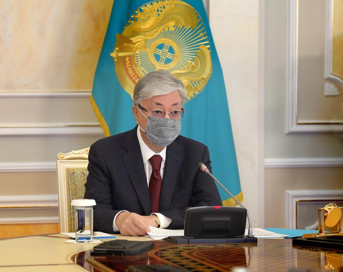 Токаев наградил погибших в борьбе с коронавирусом врачей