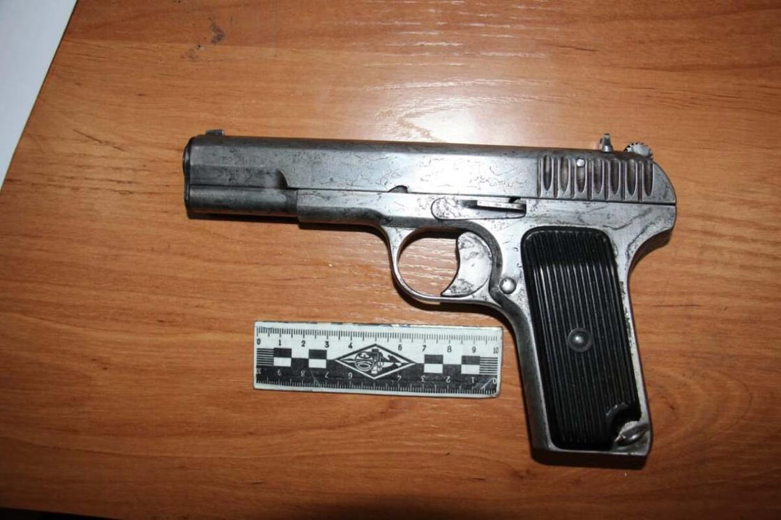 Пистолет лежит на столе