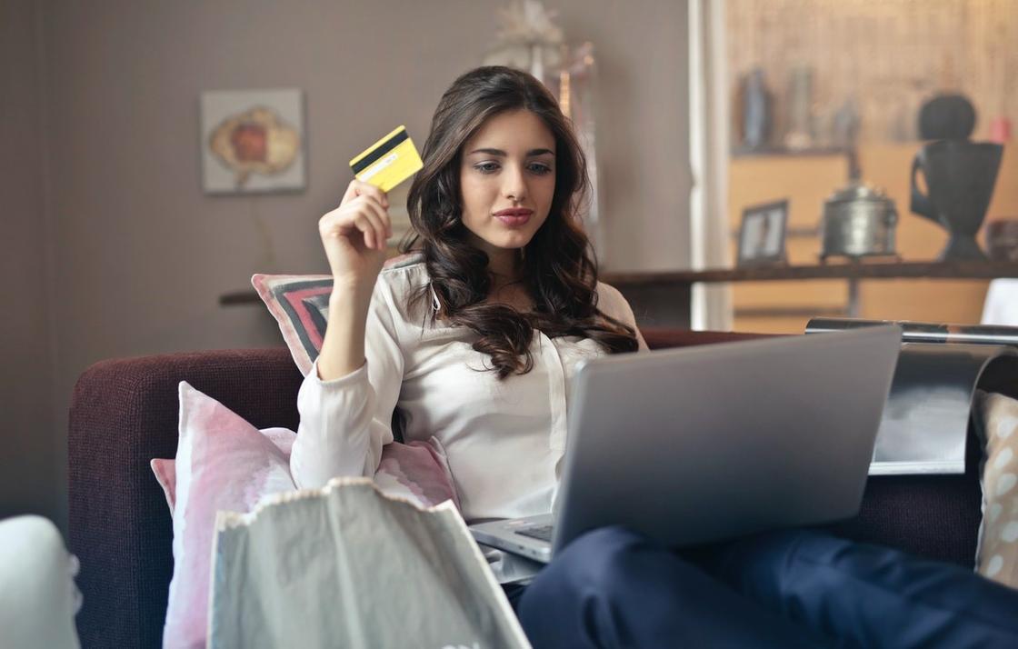 девушка оплачивает покупку онлайн