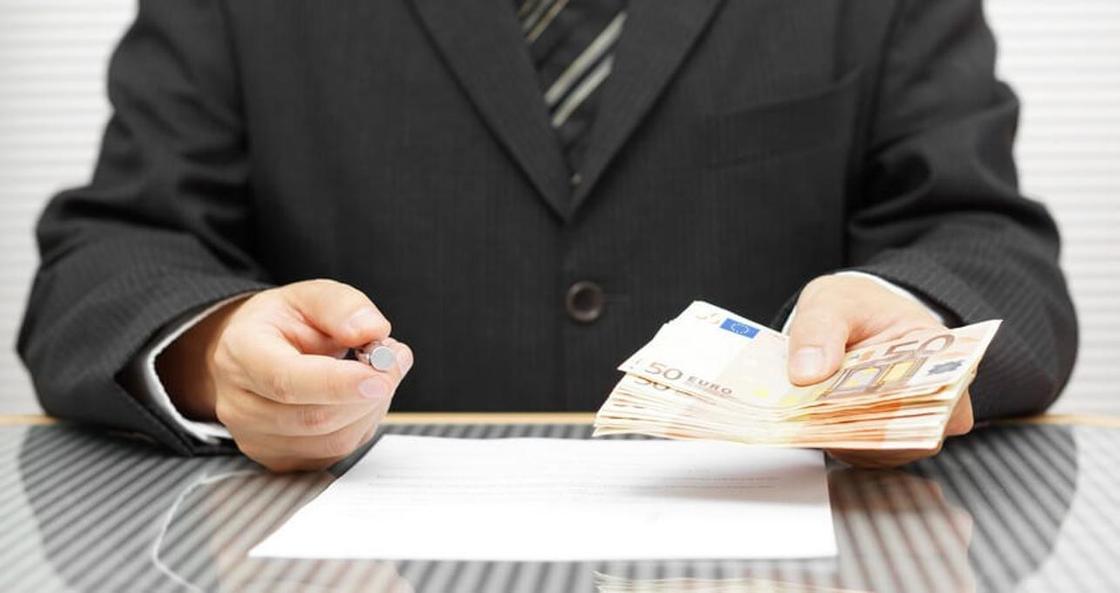 Сотрудник банка оформил на клиентов кредитов на полмиллиона тенге в Лисаковске