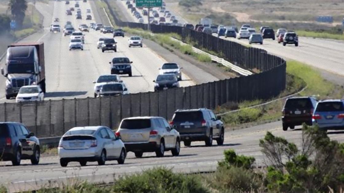 Автомобили на многополосной дороге с поворотом