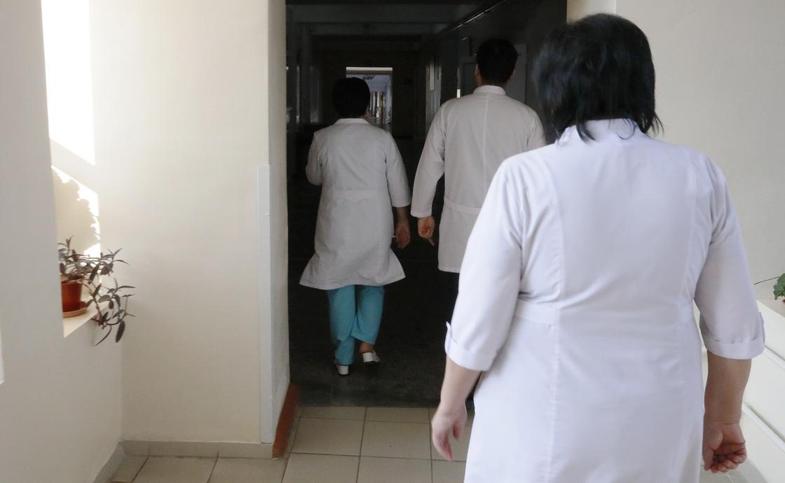 Состояние двух из заболевших в Алматы 27 врачей оценивается как тяжелое