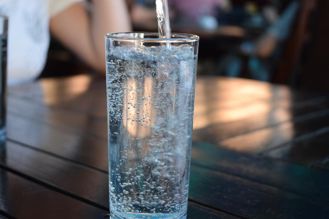 Эксперт рассказала, как организму может навредить чрезмерное употребление воды