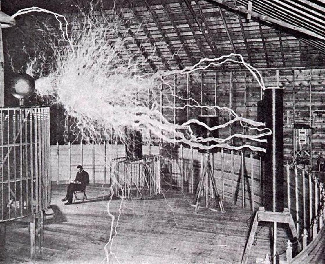 Никола Тесла за работой