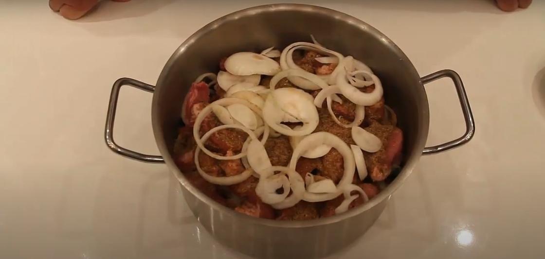 Маринование мяса в уксусе и луке в кастрюле