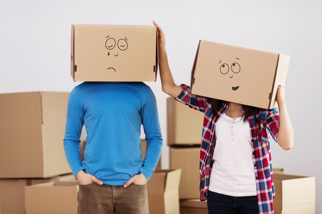 Люди с коробками на голове