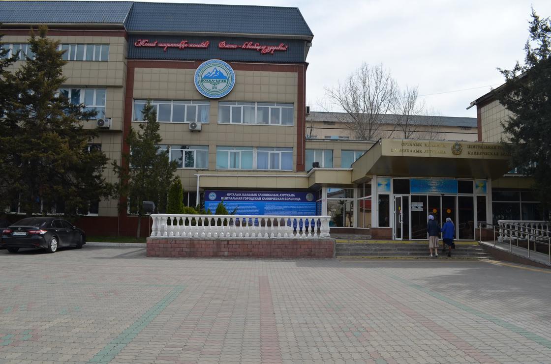 Массовое заражение медработников коронавирусом в Алматы: уволен главврач ЦГКБ