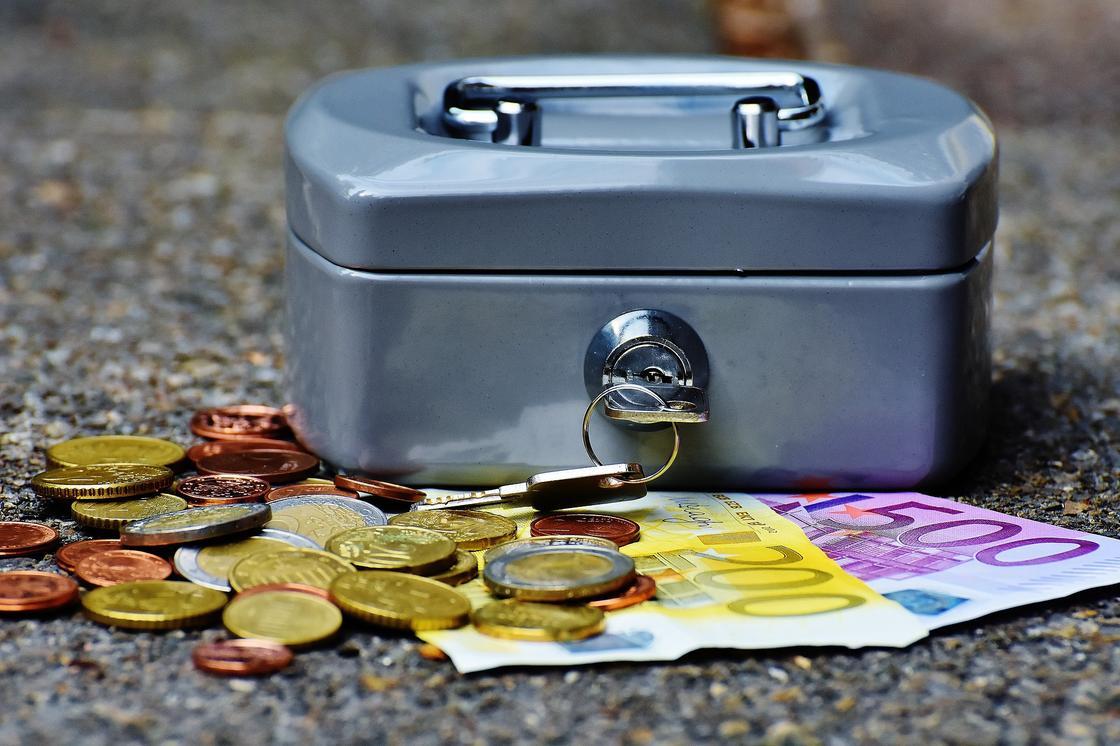 Деньги лежат возле сейфа
