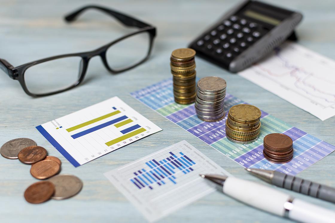 Деньги и очки на фоне отчетов