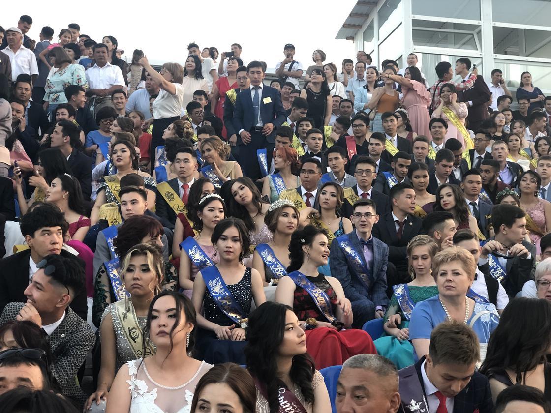 Флешмоб устроили выпускники на балу в Уральске
