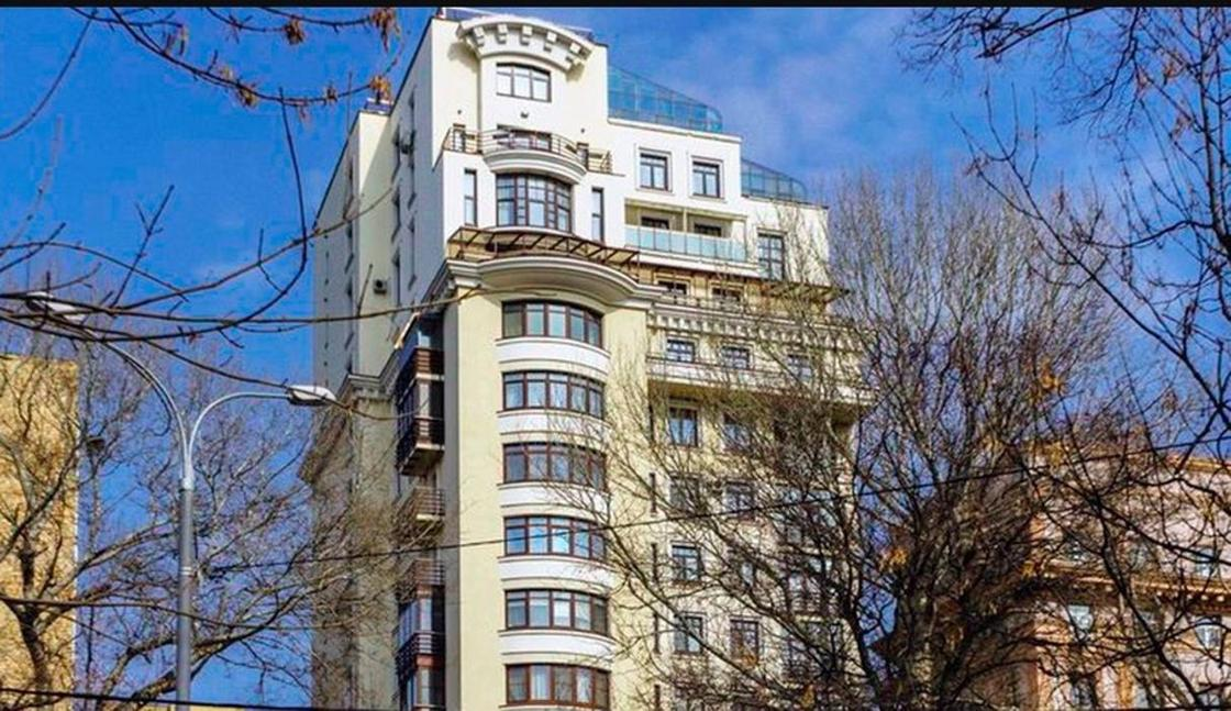 """Шикарный особняк, квартиры, участки: чем владеет семья """"пенсионера из """"Газпрома"""" (фото, видео)"""