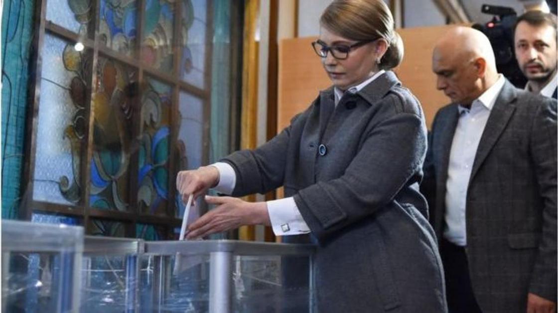 Юлия Тимошенко алғашқылардың бірі юолып дауыс берді. Фото: SERGEI GAPON/GETTY