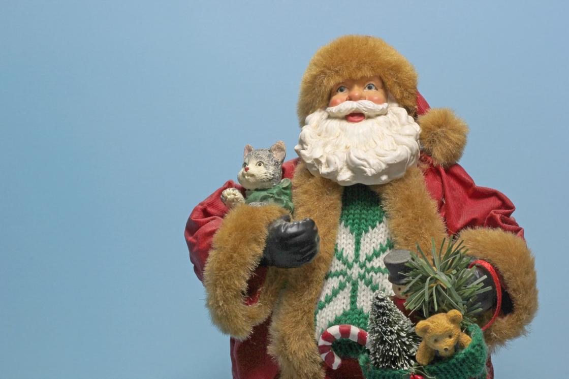 игрушечный Дед Мороз с подарками