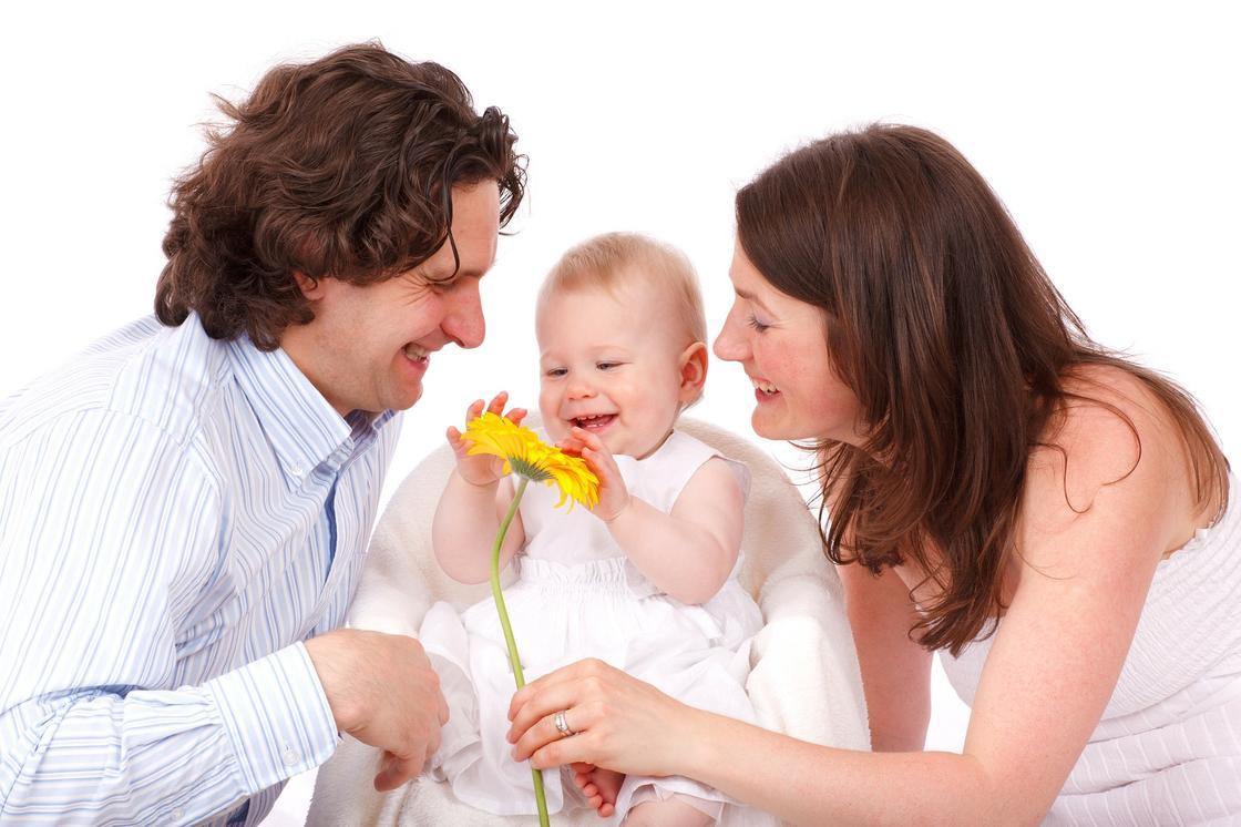 Родители улыбаются дочке
