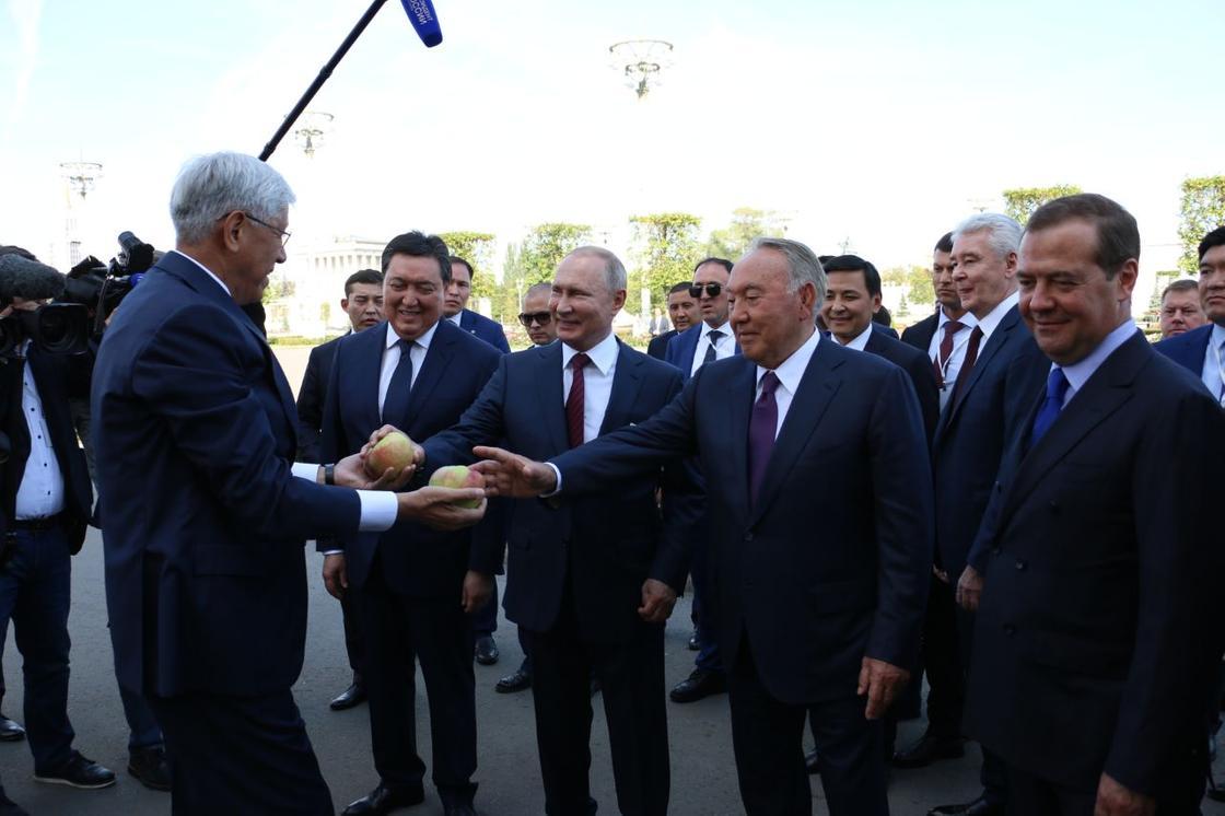 Назарбаев отдал свое яблоко Медведеву на прогулке в Москве (фото)