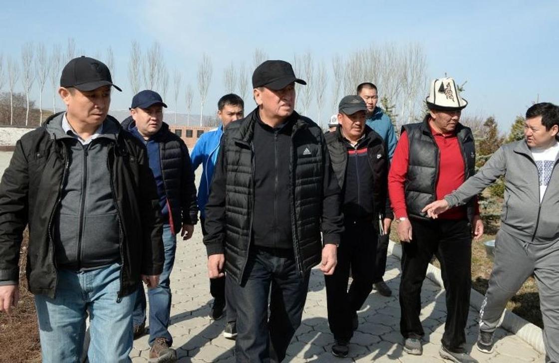 Президент Кыргызстана с лопатой вышел на субботник (фото)