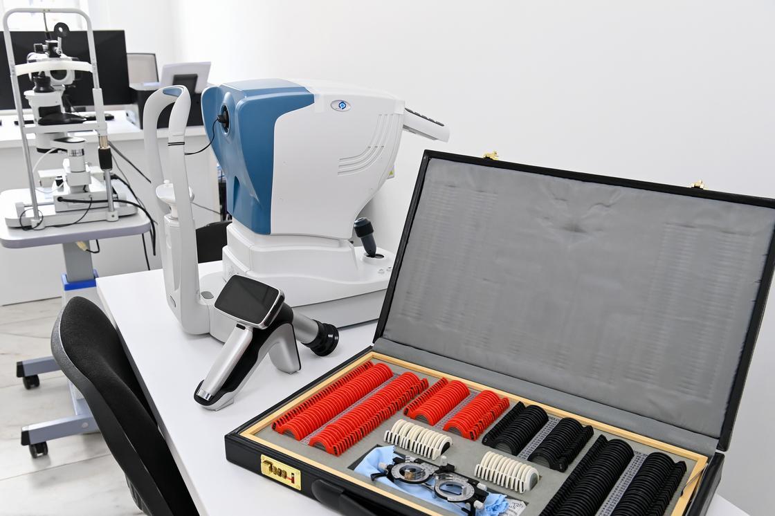 Медицинское оборудование в кабинете поликлиники